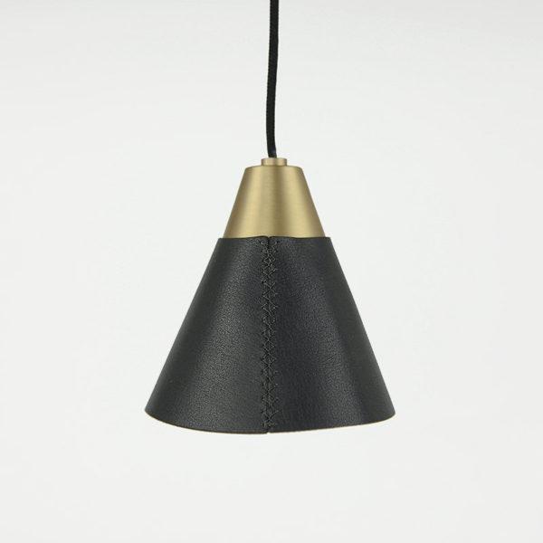 светильник с черной кожей